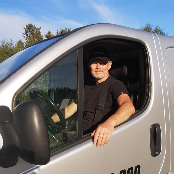 Håvard i Klæbu Inneklima AS sitter i en bil, klar til å bistå dere.